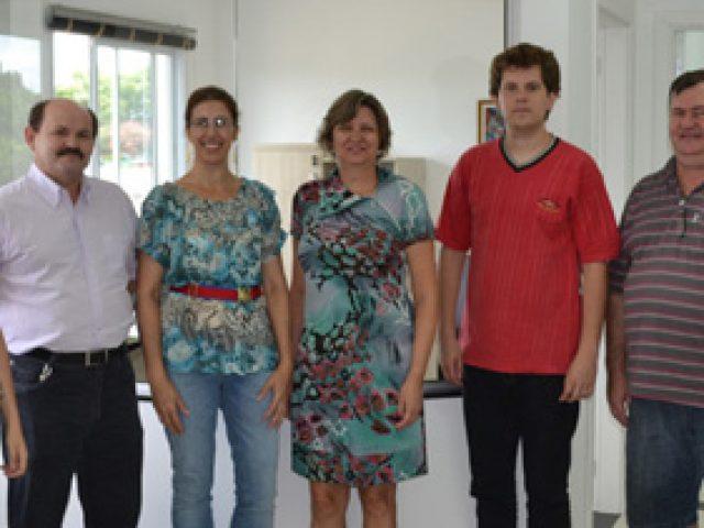Autoridades e clientes visitam nova sede d'A Folha