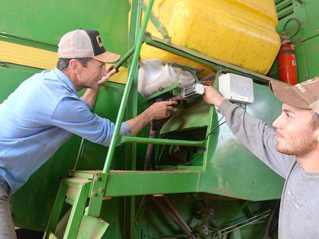 Agricultor inventa máquina para semeadura junto com a colheita