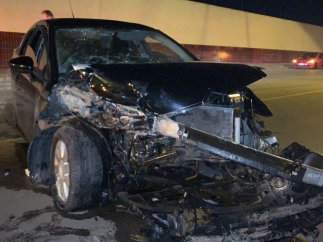 Dois passageiros ficam feridos após veículo bater contra o muro do Bourbon em Passo Fundo