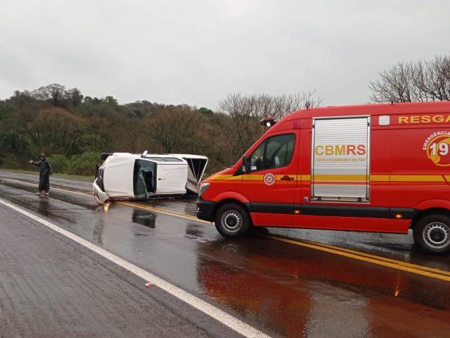 Carro tomba em acidente na BR 386 entre Carazinho e Sarandi
