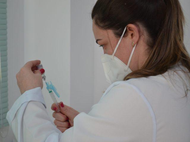 Pessoas com 30 anos recebem vacina hoje em Não-Me-Toque