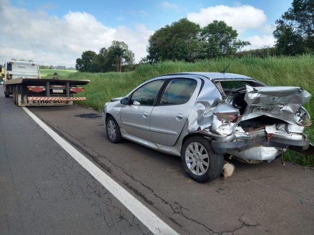 Acidente entre três veículos deixa uma pessoa ferida na entre Passo Fundo e Carazinho