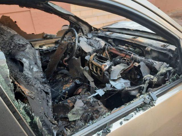 Criminoso coloca fogo em dois carros no centro de Passo Fundo