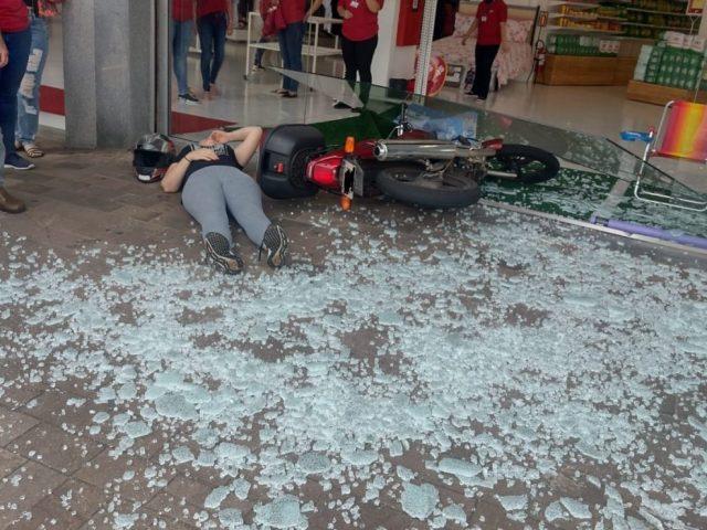 Mulher colide motocicleta em vidraça de loja em Passo Fundo