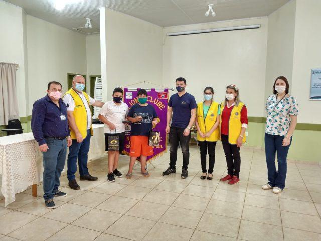 Lions Clube faz doação de óculos para estudantes
