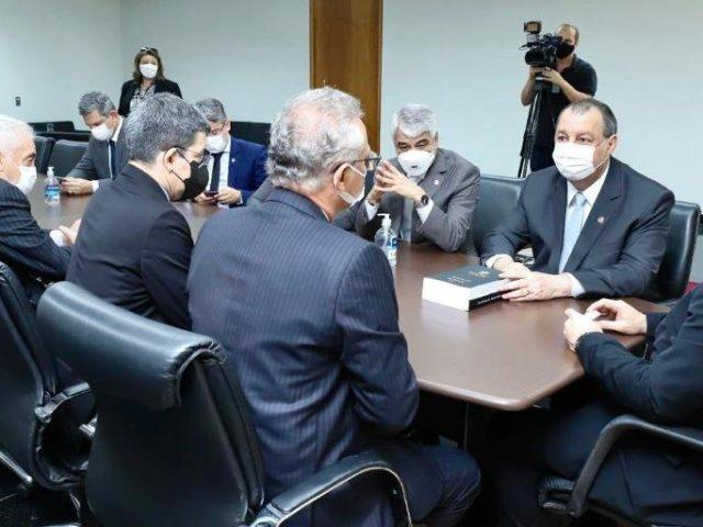 Senadores entregam relatório final da CPI da Covid ao procurador-geral da República e STF
