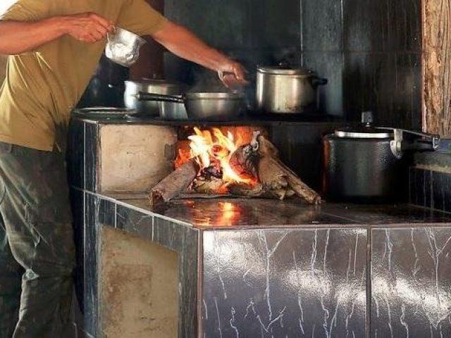 Com alta nos preços do gás, brasileiro usa cada vez mais lenha na cozinha